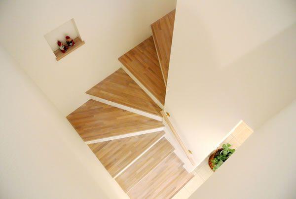 美しい階段には季節を飾るニッチをひとつ...