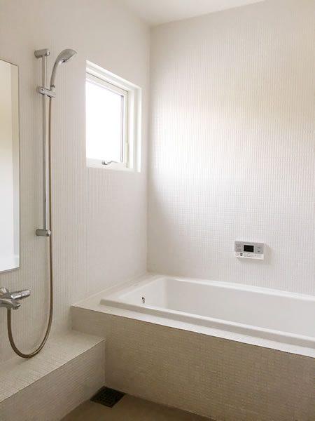 床暖房のお陰でお掃除も楽々ホワイトバスルーム...