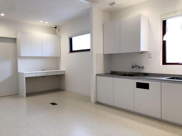 オリジナル家具を配した清潔感あふれる診察室…