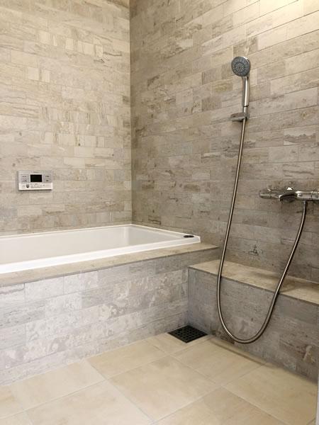 すぐにカラッと乾き衛生的で美しい床暖房バスルーム...