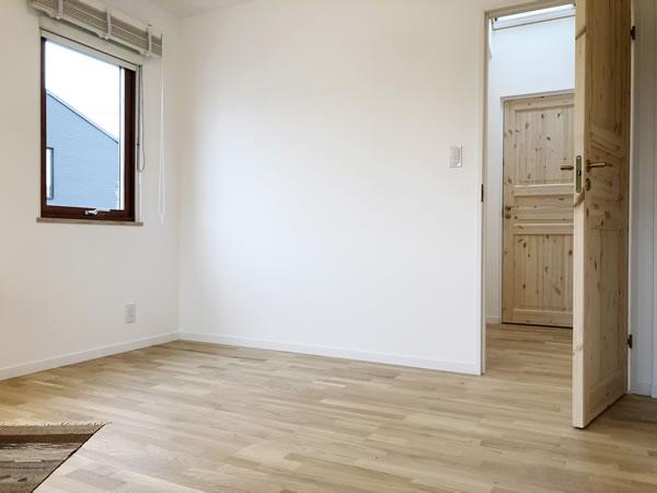 木製サッシ・室内ドア・フローリング・自然素材の内装...