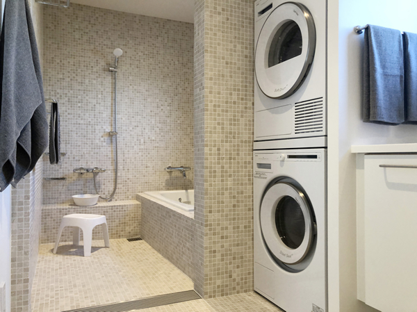 1階バスルームはランドリーも兼ねたオープンスタイル…